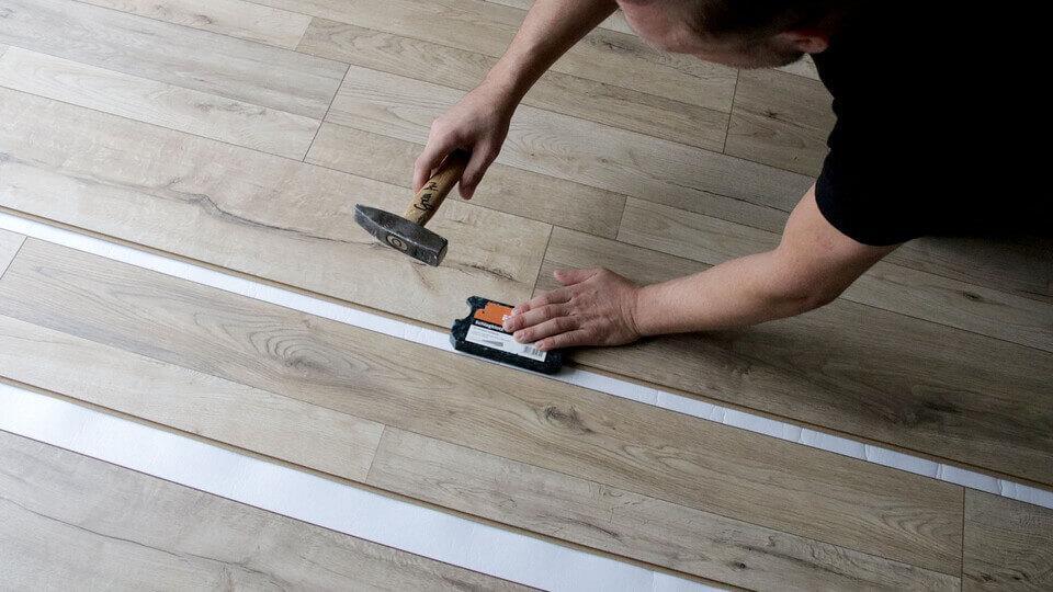 szalagparketta vagy laminált padló lerakása