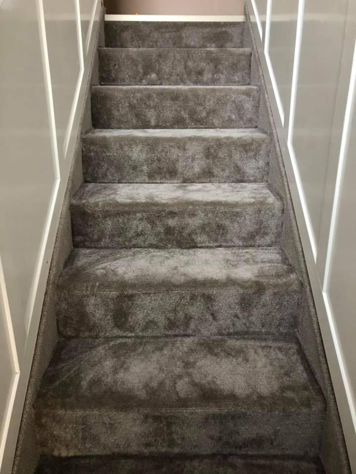 padlószőnyeg lerakása lépcsőre